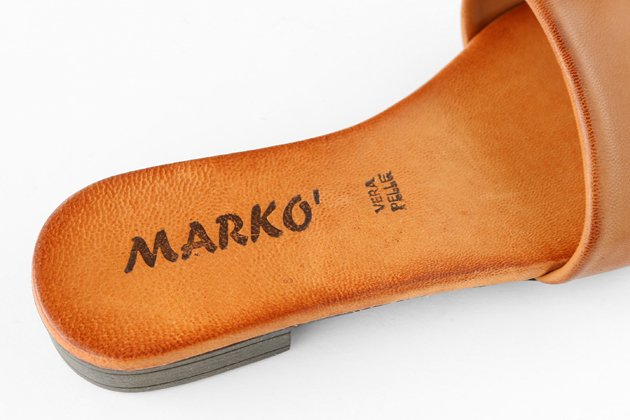 「MARKO」のレザーサンダル