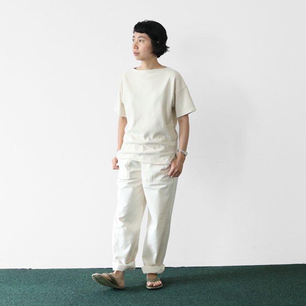 「CLASKA(クラスカ)」発のアパレルブランド「HAU(ハウ)」のボートネックTシャツ