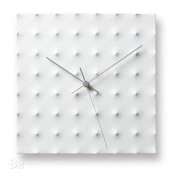 音のしない 研ぎすまされたデザインの白い壁掛け時計
