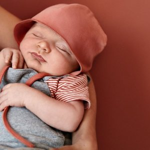 <img class='new_mark_img1' src='https://img.shop-pro.jp/img/new/icons14.gif' style='border:none;display:inline;margin:0px;padding:0px;width:auto;' />Baby Hat With Strings  / GRAY LABEL
