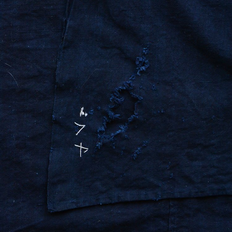 <img class='new_mark_img1' src='https://img.shop-pro.jp/img/new/icons8.gif' style='border:none;display:inline;margin:0px;padding:0px;width:auto;' />古布 藍染 木綿 無地 襤褸 ジャパンヴィンテージ 大正〜昭和 風呂敷   Indigo Fabric Japanese Vintage Boro Cotton Furoshiki Cloth