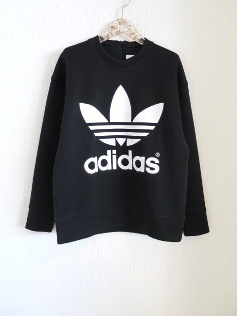<img class='new_mark_img1' src='https://img.shop-pro.jp/img/new/icons1.gif' style='border:none;display:inline;margin:0px;padding:0px;width:auto;' />『HYKE』× adidas バックジップロゴプルオーバー