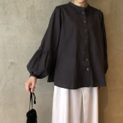 ikkuna/suzuki takayuki gathered-sleeve blouse (イクナ/スズキタカユキ ギャザードスリーブブラウス)Charcoal Gray
