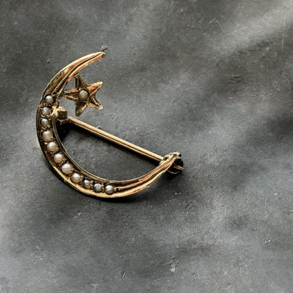 <img class='new_mark_img1' src='https://img.shop-pro.jp/img/new/icons13.gif' style='border:none;display:inline;margin:0px;padding:0px;width:auto;' />Victorian 14K Seed Pearl Moon & Star Brooch(ヴィクトリアン 14K シードパール 月と星 ブローチ)