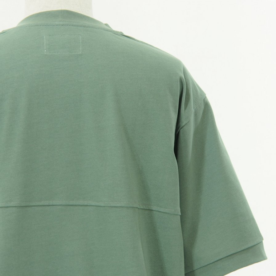 STILL BY HAND - Boxy Silhouette T-Shirt - Green