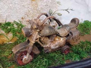 おもちゃの新しいバイクが 錆びて動かなくなった古いバイクのようになる塗り方