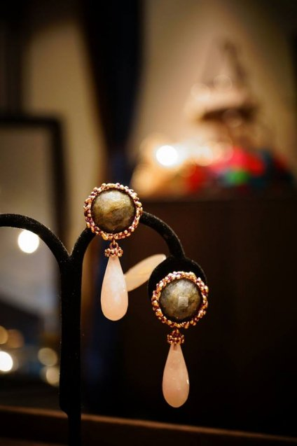 Daniela de Marchi Small peacock Earrings(イヤリング)[OR1086 OTVIO Labradorite/Rosa.Q