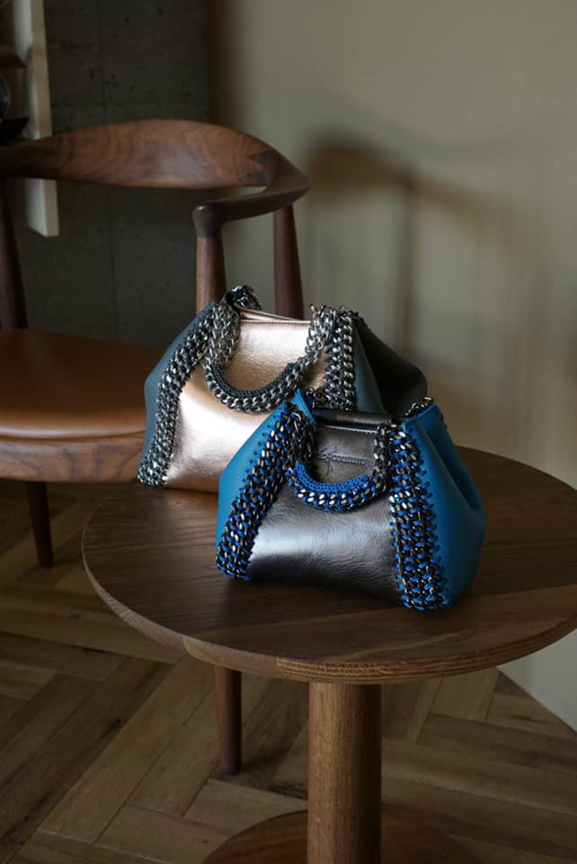 de Couture(デクチュール)2WAYチェーントートバッグSSサイズ Metallic Silver/Blue
