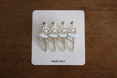 studio trico / ふるやともこ ブローチ 4羽の白鳥【1月末のお届け】