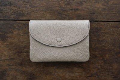 STUDIO LA CAUSE スタジオラコーズ  内縫いフラップ財布M (BEI)【予約販売 12月下旬頃のお届けです】