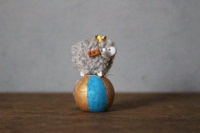 hitsujiの庭 田路恭子  玉乗り羊オブジェ  羊S 青い帽子