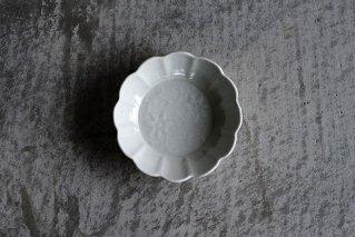 白磁 陽刻鉄線文輪花小皿