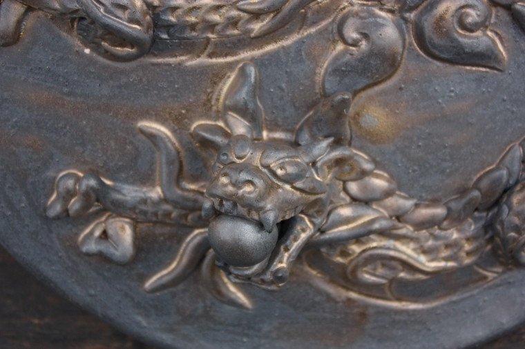 龍の陶板-燻し金色