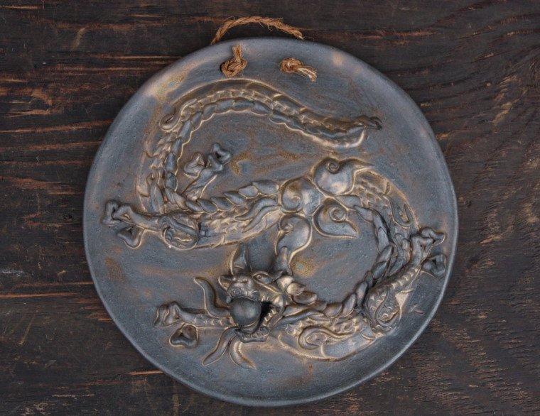 龍の陶板 燻し金色