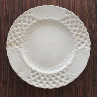 アンティーク 美しいエンボスの白釉皿