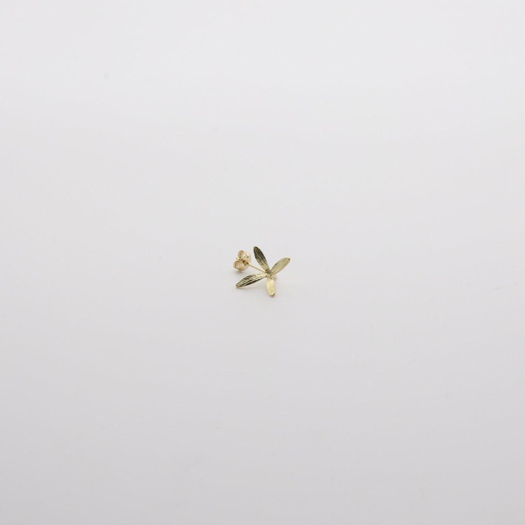 Pfutze  プフッツェ<br />風で飛ぶタネ・ハナツクバネウツギ 片耳ピアス 2g