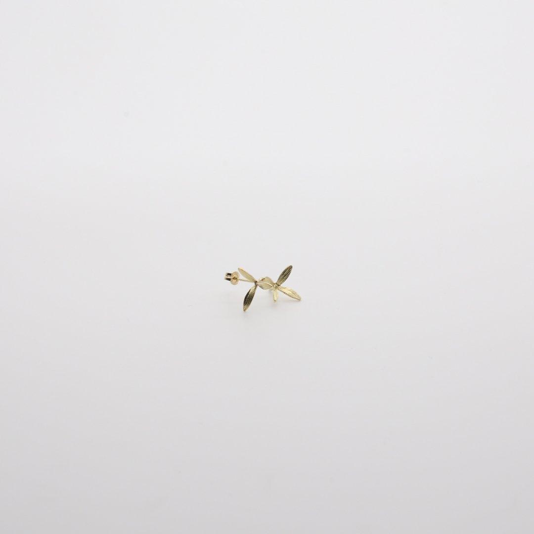 Pfutze  プフッツェ<br />風で飛ぶタネ・ハナツクバネウツギ 片耳ピアス 4g