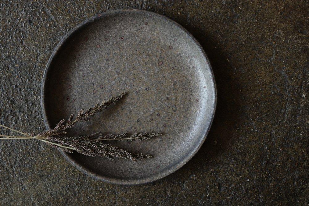 田鶴濱守人  8寸プレート (鉄サビ釉)