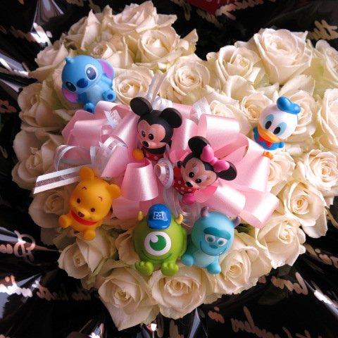 ミッキー ミニー入り 花 白バラ ディズニーマスコット7個入り ミッキー ミニー ドナルド スティッチ プーさん…etc  ハートのフラワーアレンジメント 残りわずか♪完売…