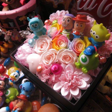 ディズニー フラワーギフト マイク サリー バズ ウッディー リトルグリーンメン入り 花 箱を開けるとサプライズ レインボーローズ  スマイル フラワーギ…
