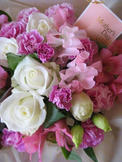 ピンクとホワイトで優しいイメージのフラワーアレンジメント
