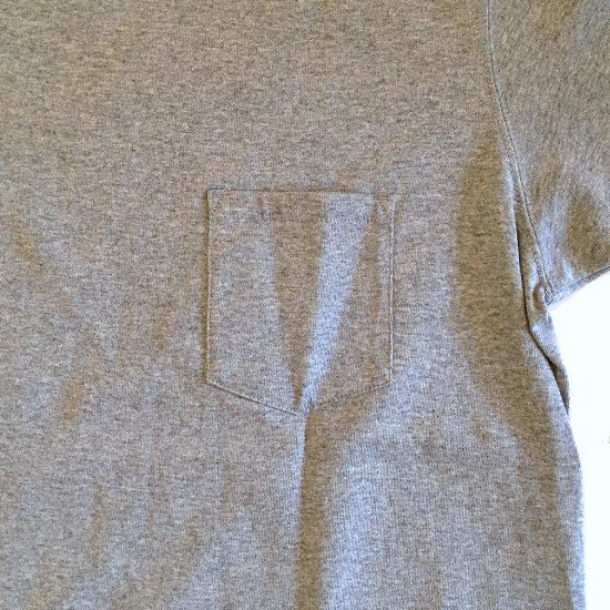 <img class='new_mark_img1' src='https://img.shop-pro.jp/img/new/icons3.gif' style='border:none;display:inline;margin:0px;padding:0px;width:auto;' />Mark Gonzales マークゴンザレス / イラスト ポケットTシャツ 【GRAY】