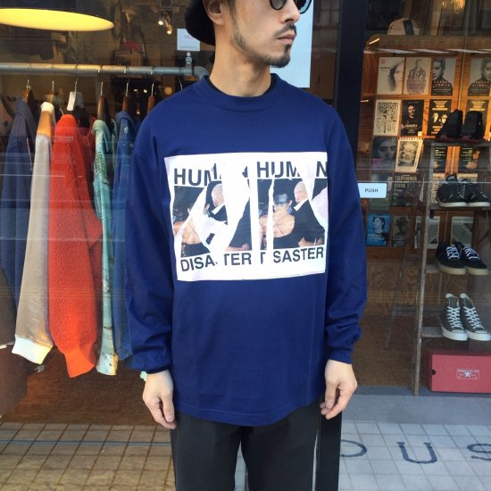 <img class='new_mark_img1' src='https://img.shop-pro.jp/img/new/icons3.gif' style='border:none;display:inline;margin:0px;padding:0px;width:auto;' />Name.  ネーム / ロングTシャツ FRONT PRINT LONG SLEEVE TEE 【NAVY】