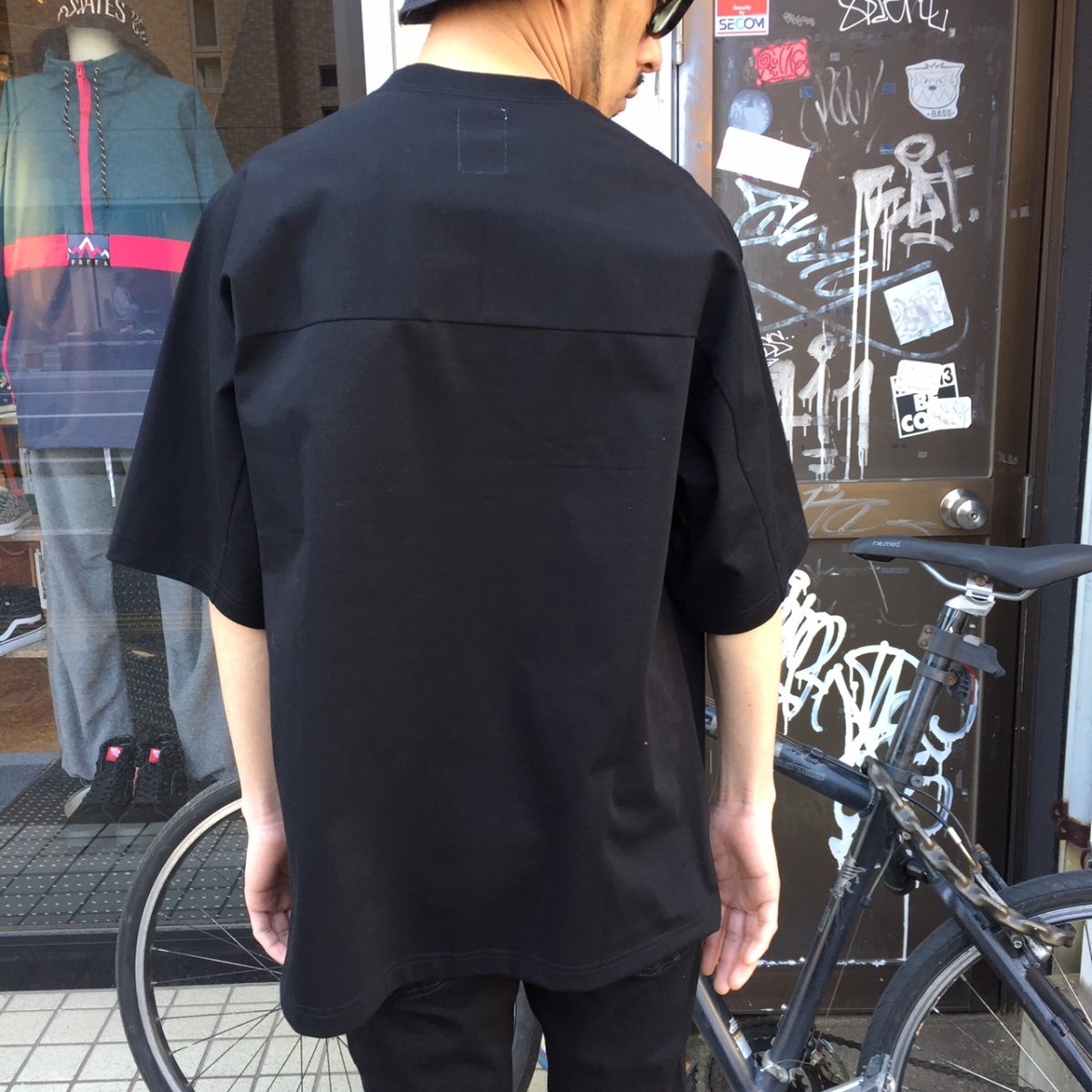 <img class='new_mark_img1' src='https://img.shop-pro.jp/img/new/icons3.gif' style='border:none;display:inline;margin:0px;padding:0px;width:auto;' />Name.  ネーム / Tシャツ PRINT HALF SLEEVE TEE 【BLACK】