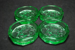 レトロなプレスガラスのコースター 緑色 4個セットです。