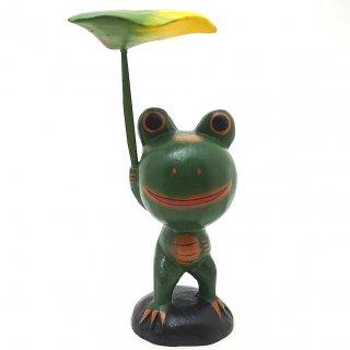 葉っぱの傘を持つカエル(中)