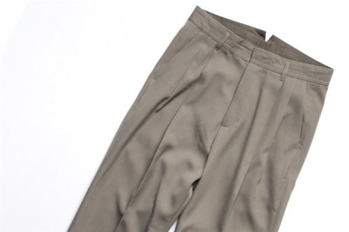<img class='new_mark_img1' src='//img.shop-pro.jp/img/new/icons47.gif' style='border:none;display:inline;margin:0px;padding:0px;width:auto;' />stein / TWO TUCK WIDE TROUSERS(B.KHAKI)