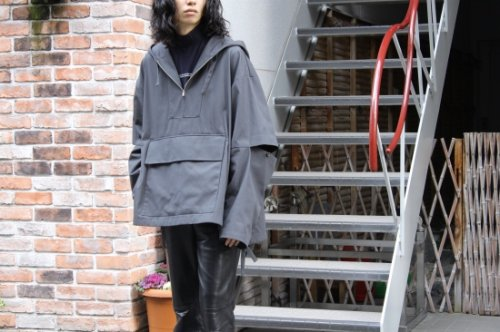 <img class='new_mark_img1' src='https://img.shop-pro.jp/img/new/icons47.gif' style='border:none;display:inline;margin:0px;padding:0px;width:auto;' />stein / OVERSIZED DIVIDE SLEEVE ANORAK(DE.TAUPE)