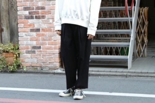 <img class='new_mark_img1' src='https://img.shop-pro.jp/img/new/icons47.gif' style='border:none;display:inline;margin:0px;padding:0px;width:auto;' />YOKE / 1TUCK WIDE TROUSERS(BLACK)