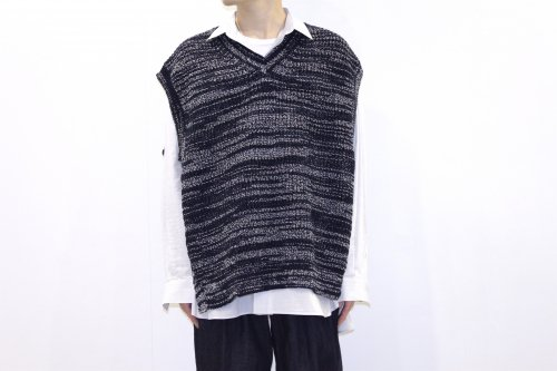 <img class='new_mark_img1' src='https://img.shop-pro.jp/img/new/icons47.gif' style='border:none;display:inline;margin:0px;padding:0px;width:auto;' />YOKE / 5G OVERSIZED V-NECK KNIT VEST(NAVY)