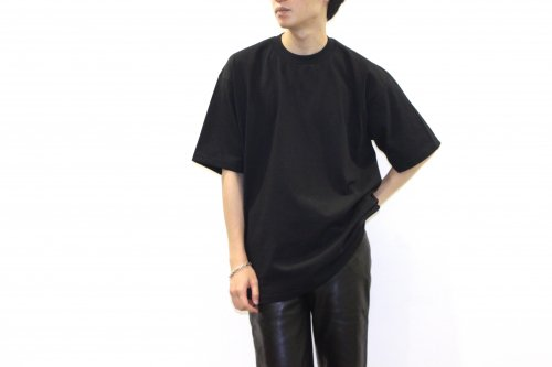 <img class='new_mark_img1' src='https://img.shop-pro.jp/img/new/icons2.gif' style='border:none;display:inline;margin:0px;padding:0px;width:auto;' />lil / OVERSIZE EMBROIDERY TEE(BLACK)