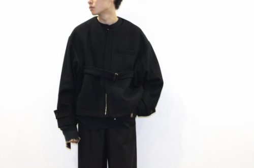 <img class='new_mark_img1' src='https://img.shop-pro.jp/img/new/icons47.gif' style='border:none;display:inline;margin:0px;padding:0px;width:auto;' />stein / NO COLLAR BELTED JACKET(BLACK)
