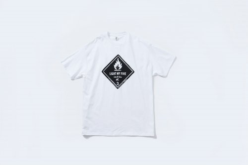 <img class='new_mark_img1' src='https://img.shop-pro.jp/img/new/icons2.gif' style='border:none;display:inline;margin:0px;padding:0px;width:auto;' />smell(s)like / LIGHT MY FIRE short sleeve T-shirts designed by tsutomu moriya(WHITE)