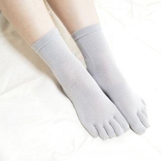 けんぼうシルク(絹紡糸)のなめらかフィット五本指靴下 クルー丈 ライトグレー