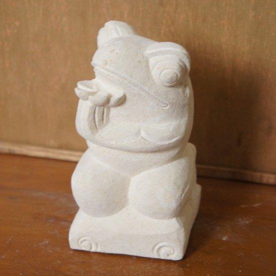 パラス石 石彫り バリ島 アジアン オブジェ 置物 カエル 15cm (プルメリア手持ち右向き)