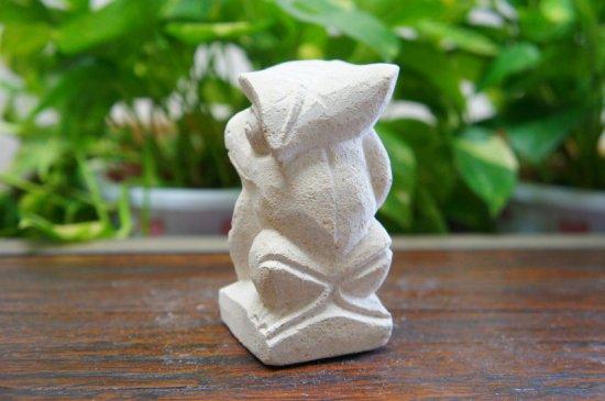 パラス石 石彫り バリ島 アジアン オブジェ 置物 カエル 10cm (葉っぱの傘左向き)