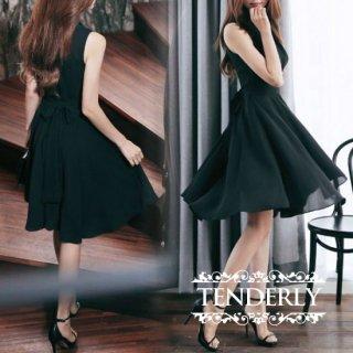 品のあるフレアスカートとカシュクールが魅力的なナイトドレス