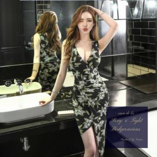 大判花柄とアシンメトリーのスカートが印象的なタイトドレス