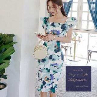 ボリューミーなフリルと大判の花柄が魅力的なタイトドレス