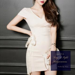 サイドリボンがフェミニンなワンカラーのボディコンドレス