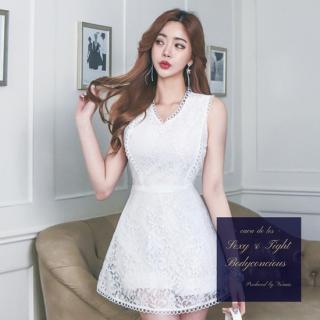ミニ丈の純白花柄レースがセクシー&フェミニンなノースリーブドレス