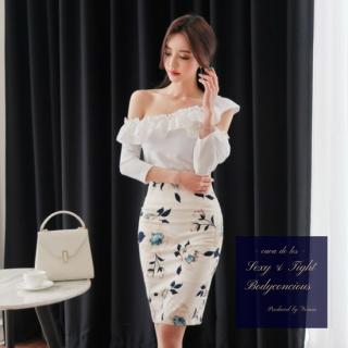 アシンメトリーな肩魅せフリルがフェミニンな花柄スカートセットアップ スーツ