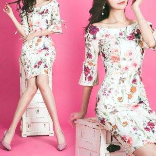 リボン付きのフレアスリーブがガーリーな花柄タイトドレス