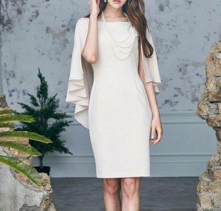重ね着風のデザインが目を惹くワンカラーのタイトドレス