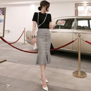 タイトなマーメイドスカートがフェミニンなスカートセットアップ