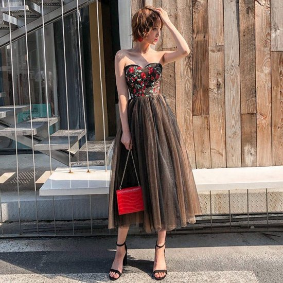 0ff1b56dd8aa2 ボリューミーに広がるチュールスカートがフェミニンな花柄刺繍のベアトップドレス